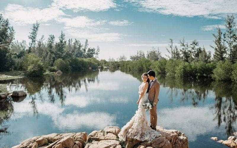 Hình cưới được chụp tại Hồ Cốc cũng rất đẹp và lãng mạn