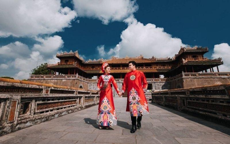 """Cặp đôi """"phá cách"""" trong trang phục Trung Hoa ngay giữa Kinh thành Huế"""