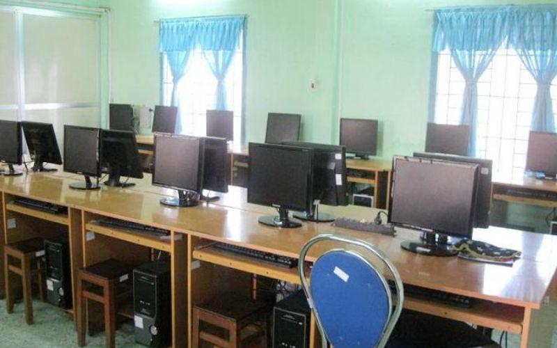 Phòng máy tính được trang bị đầy đủ phục vụ cho việc học tại trun tâm ngoại ngữ - tin học Long An
