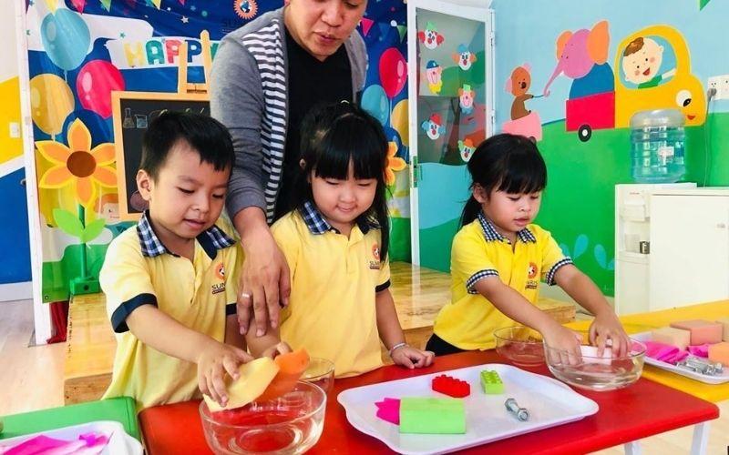 Trẻ vừa học vừa chơi trong môi trường tự do khám phá