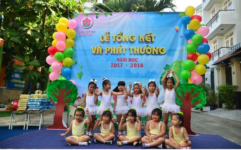 Hình ảnh các bé vui cười trong buổi lễ tổng kết của mầm non Hoa Anh Đào