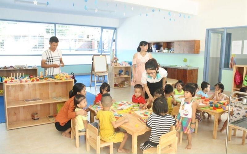 Trẻ được chỉ bảo tận tình từ các cô giáo