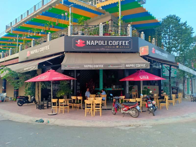 Tìm một mặt bằng có lợi thế về vị trí, dân cư để mở cửa hàng cà phê.